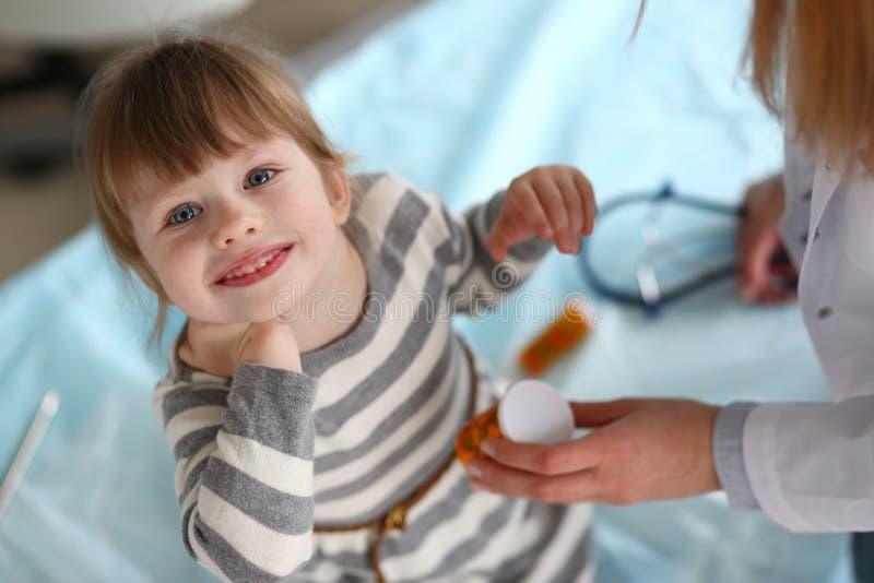 Lächelnder Patient des kleinen Mädchens im Klinikbüro stockfotos