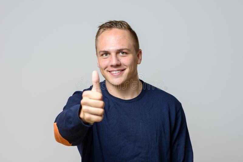 Lächelnder positiver hübscher junger Mann lizenzfreie stockbilder