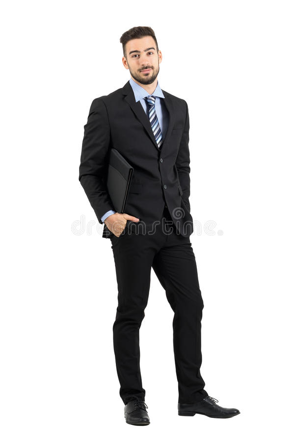 Lächelnder positiver junger bärtiger Geschäftsmann mit Dokumentenordner stockbild