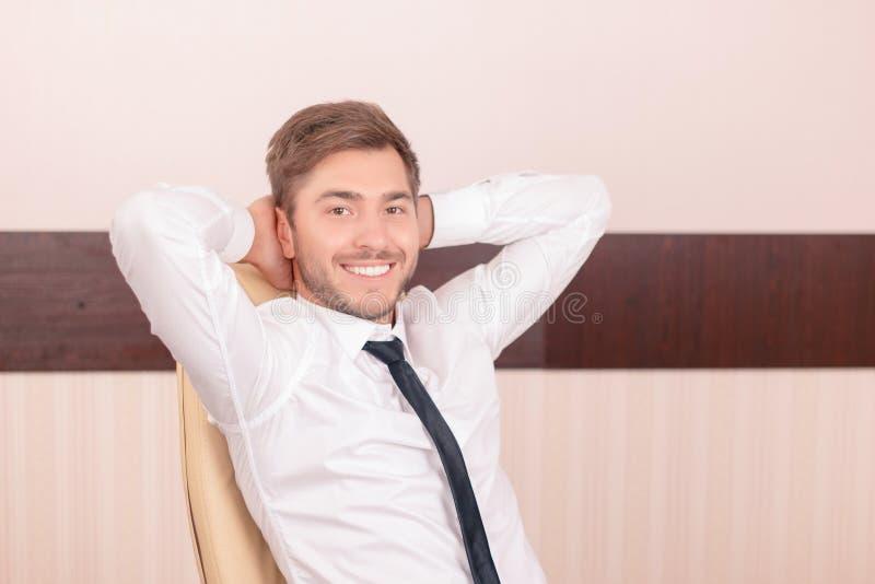 Lächelnder Rechtsanwalt, der dreimal glücklich sich fühlt lizenzfreies stockbild
