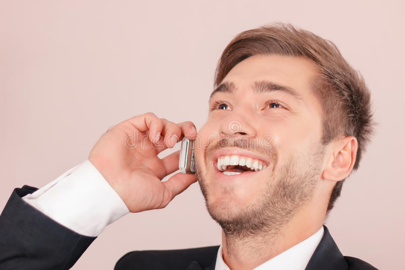 Lächelnder Rechtsanwalt, der am Handy spricht stockfotos