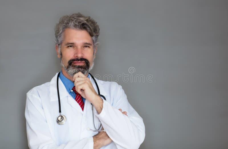 Lächelnder reifer Doktor mit Bart- und Kopienraum stockfotos