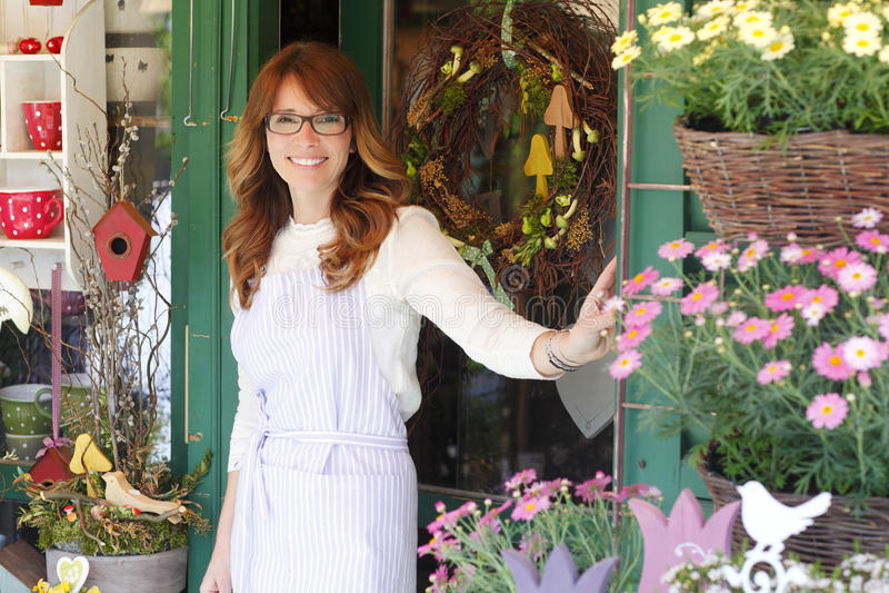 Lächelnder reifer Frauen-Florist lizenzfreie stockbilder