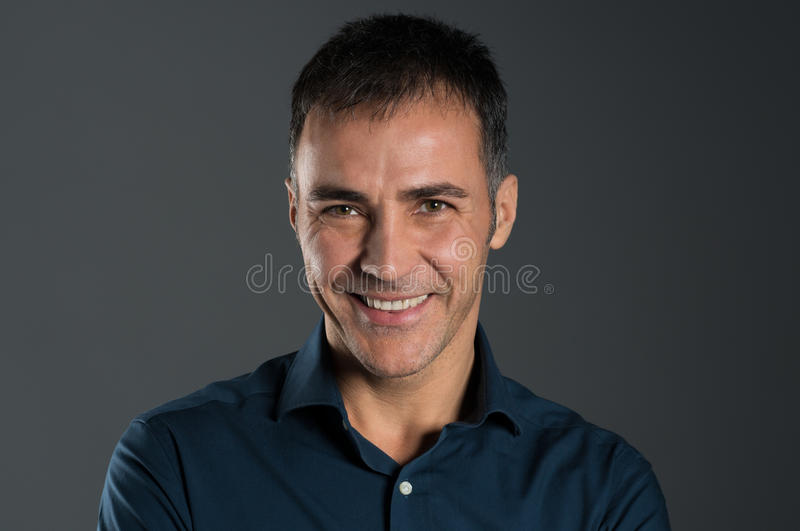 Lächelnder reifer Mann lizenzfreie stockbilder