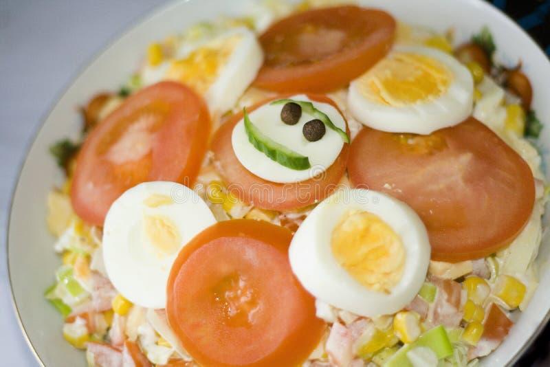 Lächelnder Salat mit Schinken stockbilder