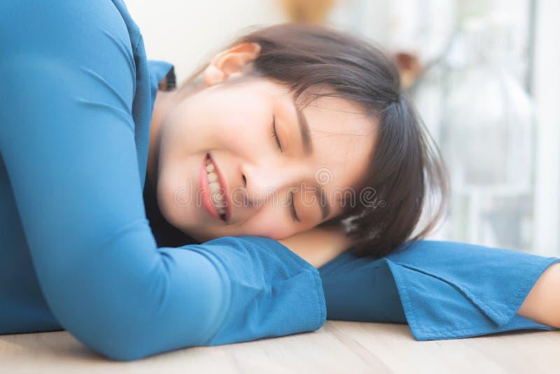 Lächelnder Schlaf der schönen Frau des Porträts jungen asiatischen am Café, das vorbildliche Mädchen, das mit glücklich ist, ents stockbild