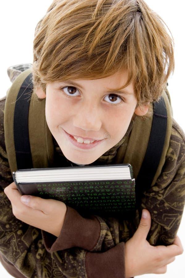 Lächelnder Schulejunge, der Kamera betrachtet stockbilder