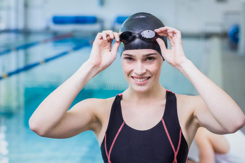 Lächelnder Schwimmer, der die Kamera betrachtet stockfotos