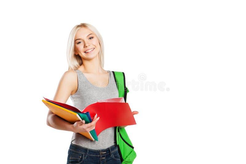 Lächelnder Student mit der Schreibheftaufstellung an lokalisiert lizenzfreies stockbild