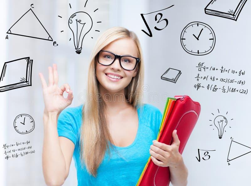 Lächelnder Student mit Ordnern stockfotos
