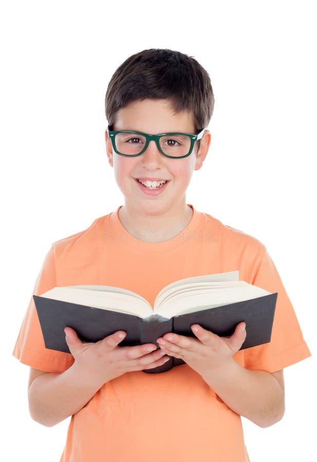 Lächelnder Teenager von dreizehn ein Buch lesend lizenzfreie stockbilder