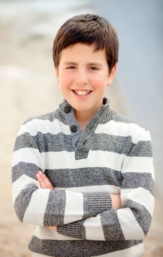 Lächelnder Teenager von dreizehn mit gestreifter Strickjacke stockfoto