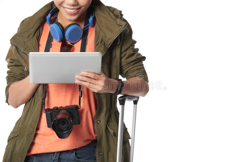 Lächelnder Tourist, der Digital-Tablet verwendet stockbilder