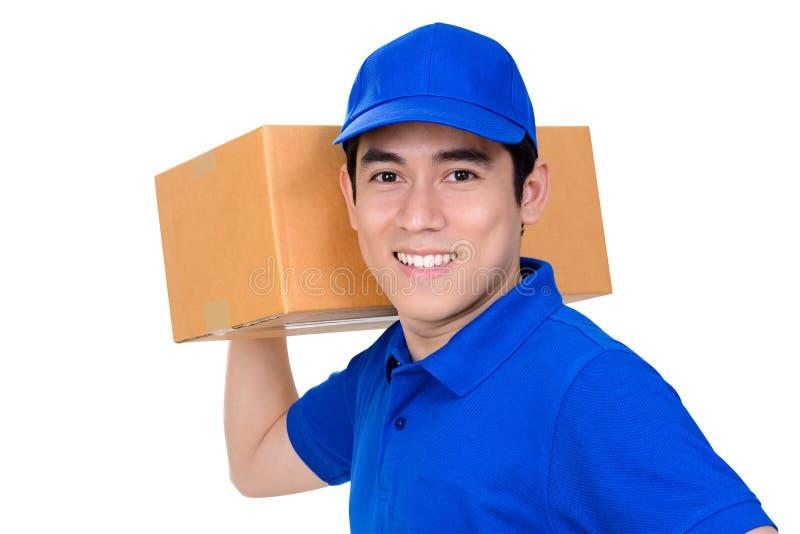 Lächelnder tragender Paketkasten des Lieferboteen stockfotografie