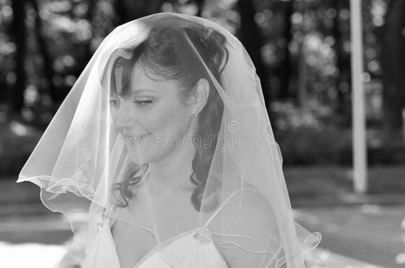 Lächelnder tragender Schleier der Braut lizenzfreies stockfoto