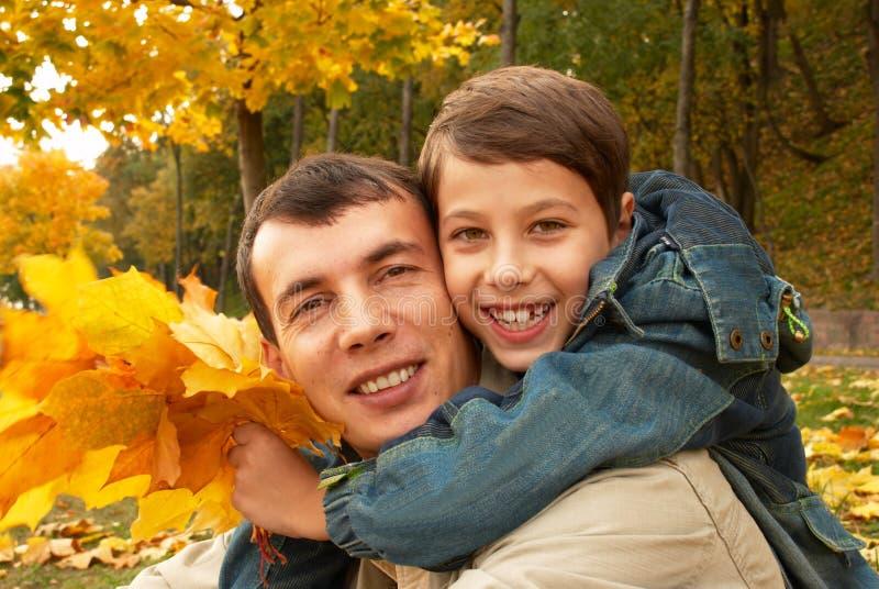 Lächelnder Vater und Sohn stockfoto