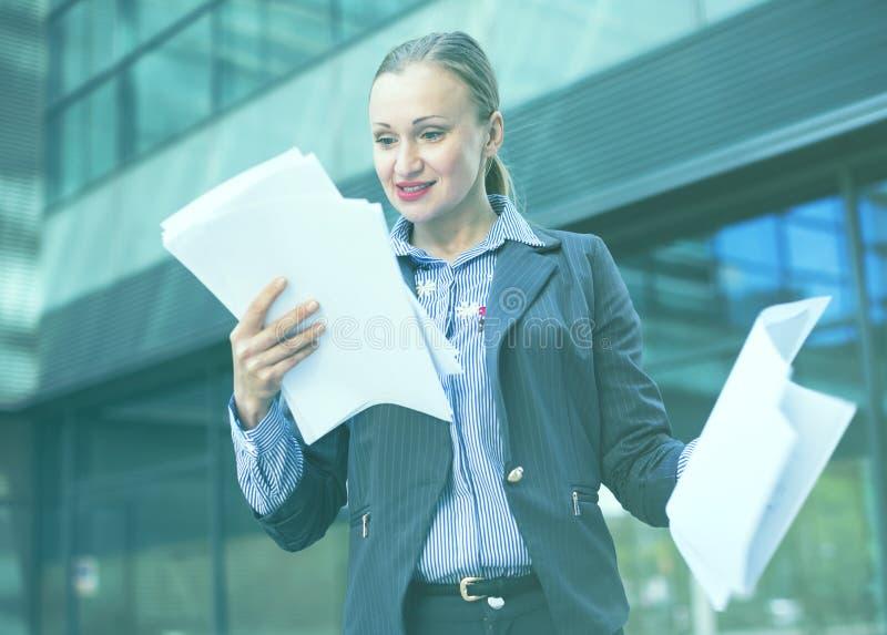 Lächelnder weiblicher Architekt mit Papierdokumenten lizenzfreies stockbild