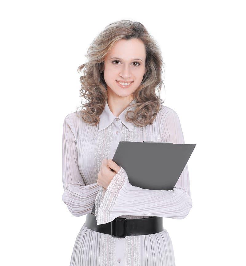 Lächelnder weiblicher Assistent mit Dokumenten Lokalisiert auf Weiß lizenzfreie stockbilder