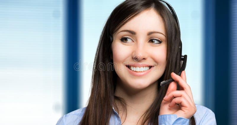 Lächelnder weiblicher Call-Center-Betreiber stockfotos