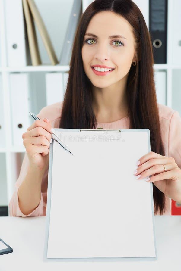 Lächelnder weiblicher Sekretär der Junge bietet an, einen Vertrag zu unterzeichnen Geschäft, Büro, Gesetz und Rechtsauffassung stockfoto