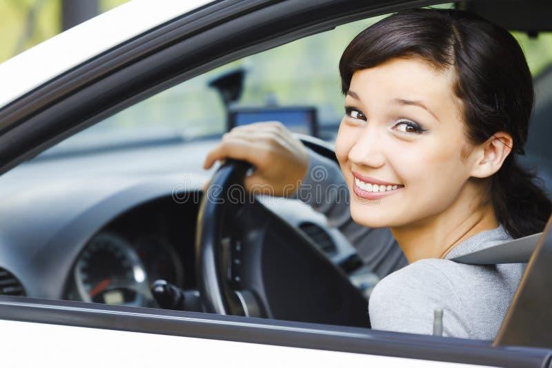 Lächelnder weiblicher Treiber lizenzfreie stockfotos