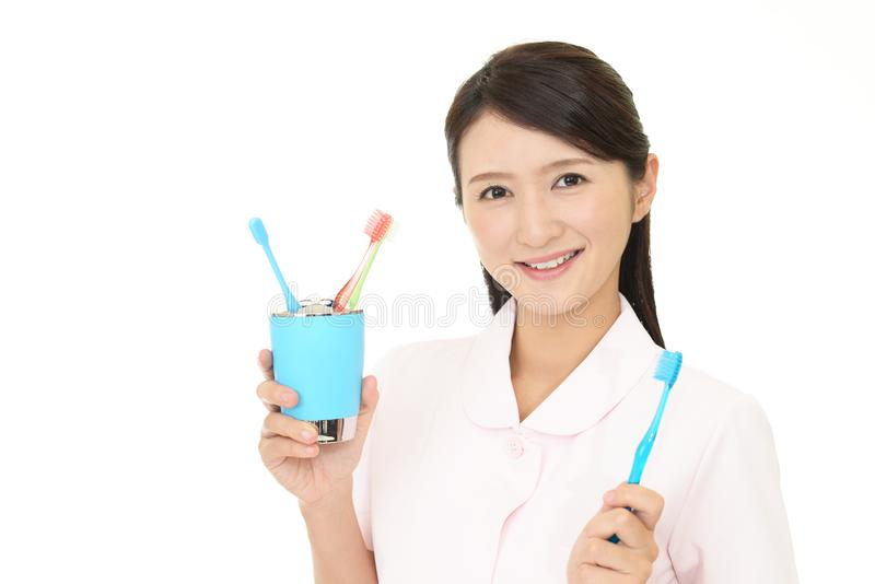 Lächelnder Zahnarzthelfer lizenzfreies stockbild