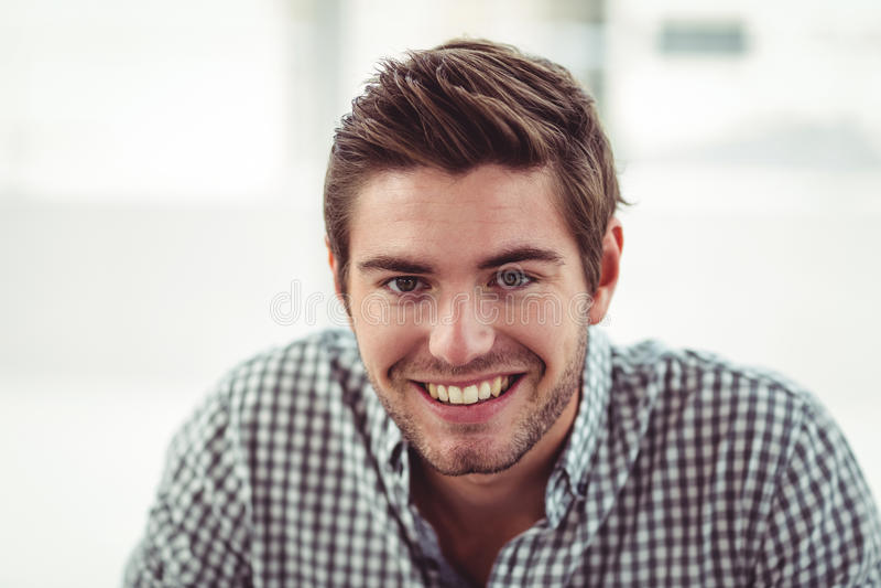 Lächelnder zufälliger Geschäftsmann stockfotos