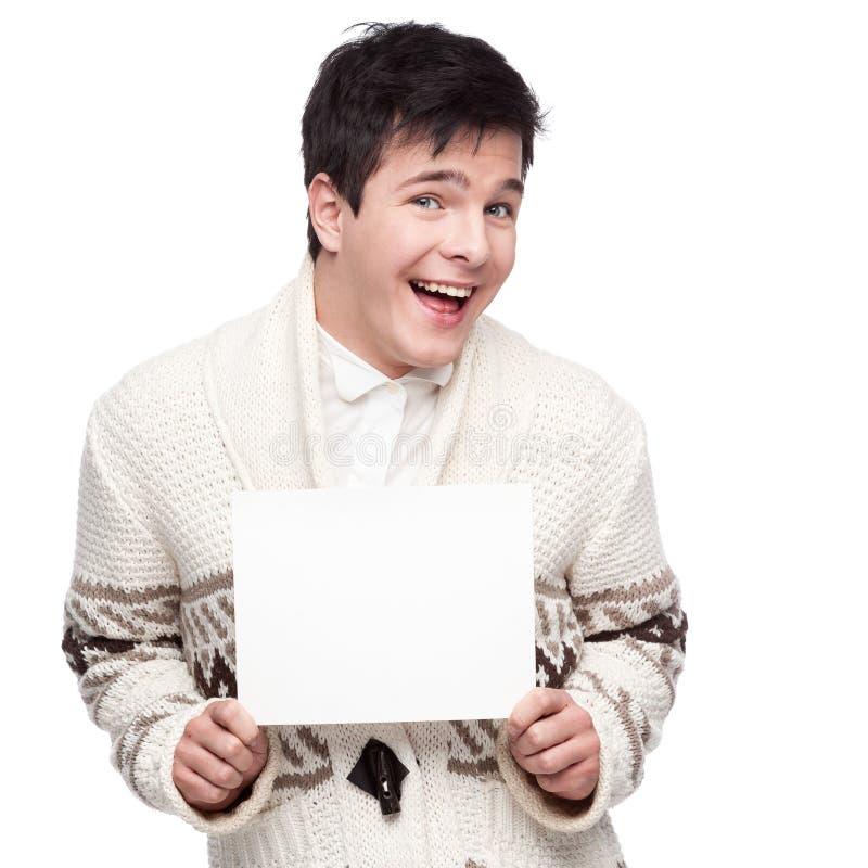 Lächelnder zufälliger junger Mann des Kaukasiers, der Zeichen hält stockfotografie