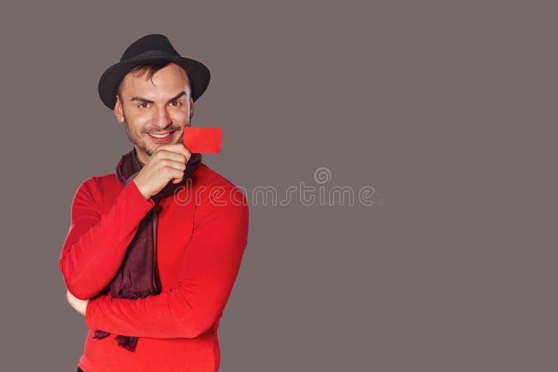 Lächelnder zufälliger Mann, der leere Kreditkarte zeigt stockbild