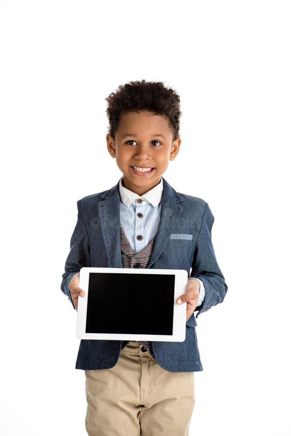 lächelndes Afroamerikanerkind, das Tablette zeigt lizenzfreie stockfotografie