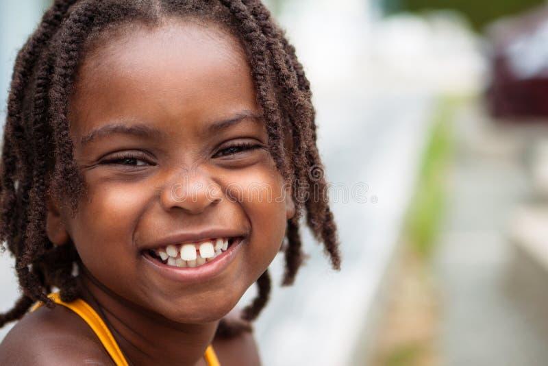 Lächelndes Afroamerikanermädchen lizenzfreies stockfoto