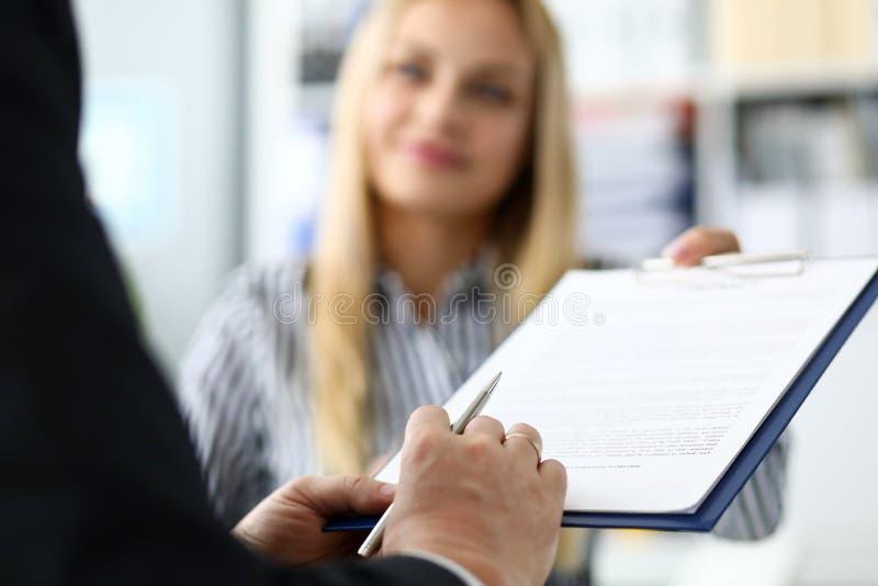 Lächelndes anbietendes männliches Besucherdokument der weiblichen Immobilienagentur zu unterzeichnen lizenzfreies stockfoto