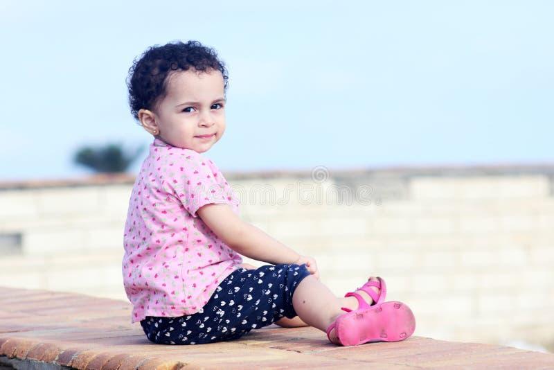 Lächelndes arabisches Baby lizenzfreies stockbild