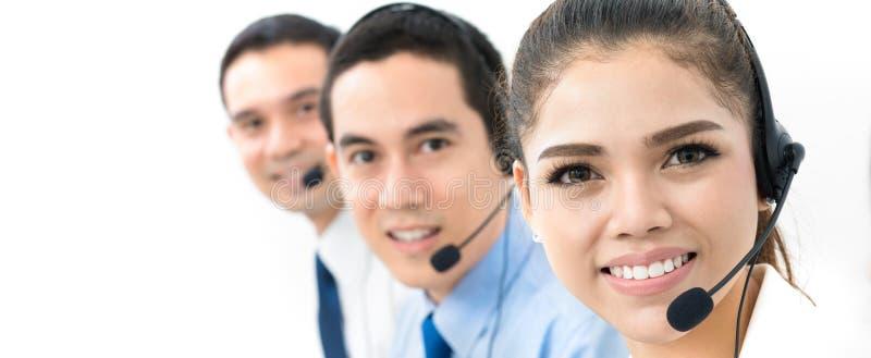 Lächelndes asiatisches Call-Center- oder Telemarketerteam stockbilder