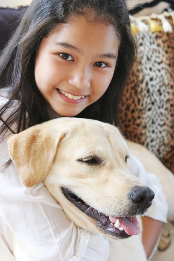 Lächelndes asiatisches Mädchen mit ihrem Haustierhund stockfotos