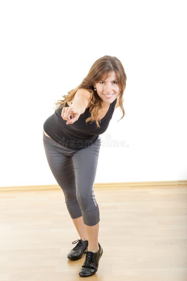 Lächelndes athletisches Mädchen oder Frau des schönen sportlichen Sitzes, die Flosse zeigen lizenzfreies stockbild