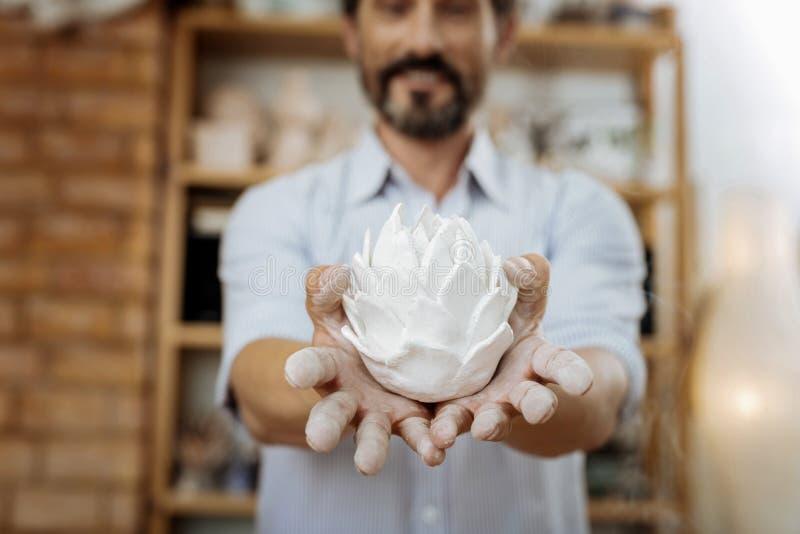 Lächelndes bärtiges handicraftsman, das nach seiner Arbeit zufrieden gestellt glaubt lizenzfreies stockfoto