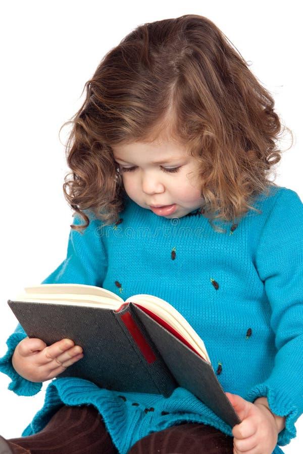 Lächelndes Baby, das ein Buch liest lizenzfreie stockfotos