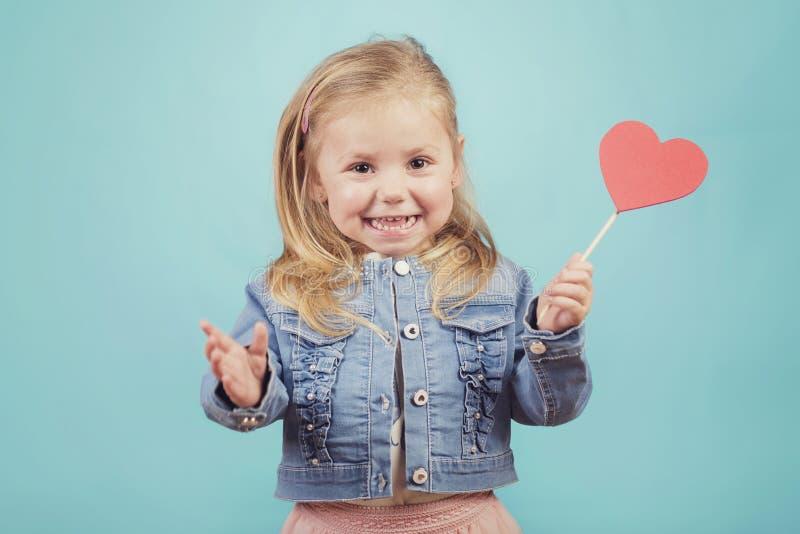 Lächelndes Baby mit einem Herzen stockbilder