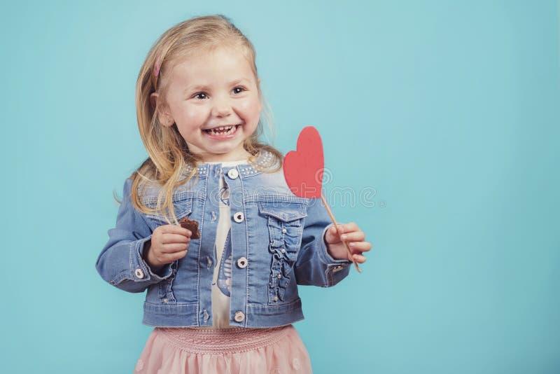 Lächelndes Baby mit einem Herzen stockfotografie