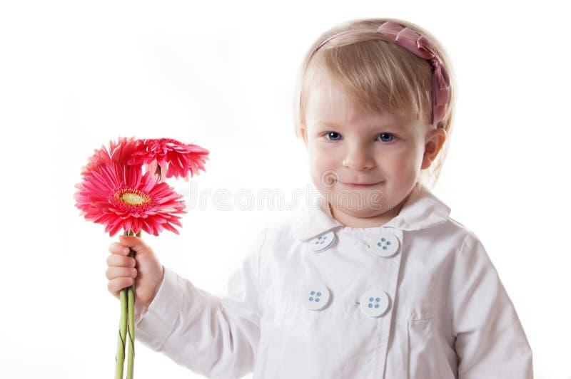 Lächelndes Baby mit gerbers lizenzfreie stockfotografie