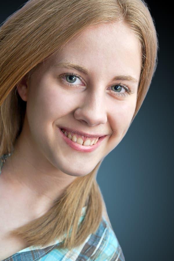 Lächelndes blondes Mädchen stockfotografie