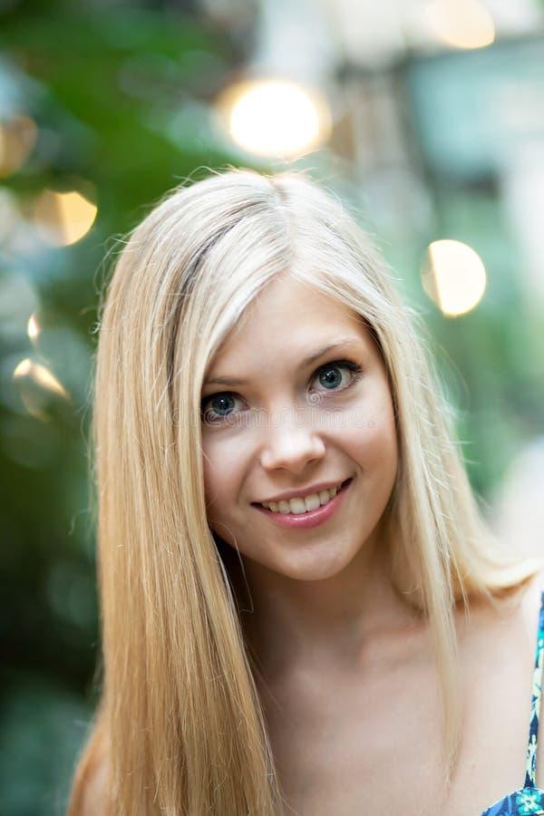 Lächelndes blondes Mädchen stockbild