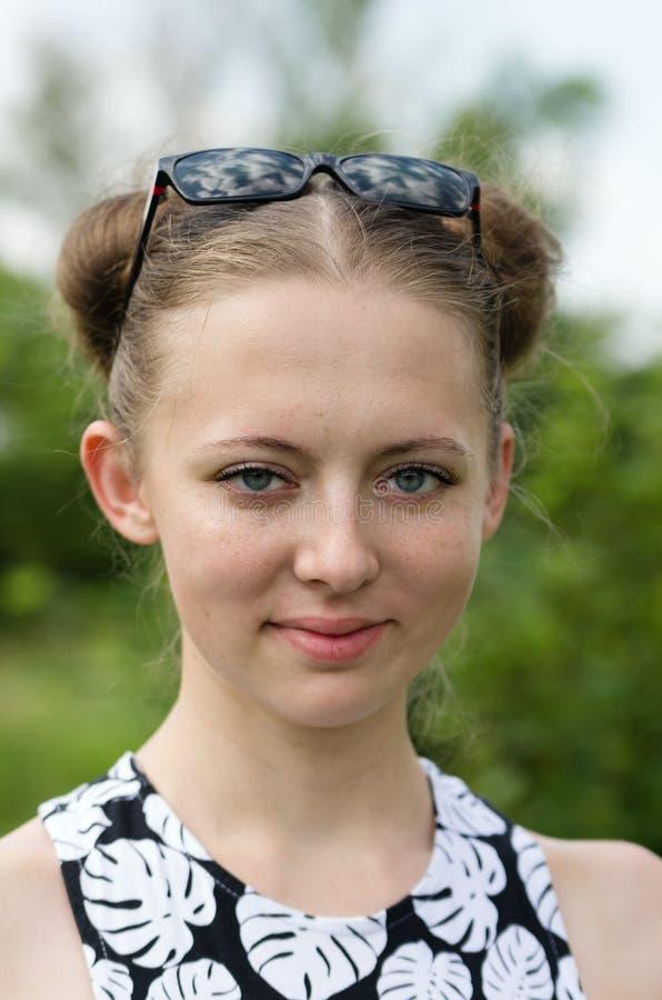 Lächelndes blondes Mädchen lizenzfreies stockbild