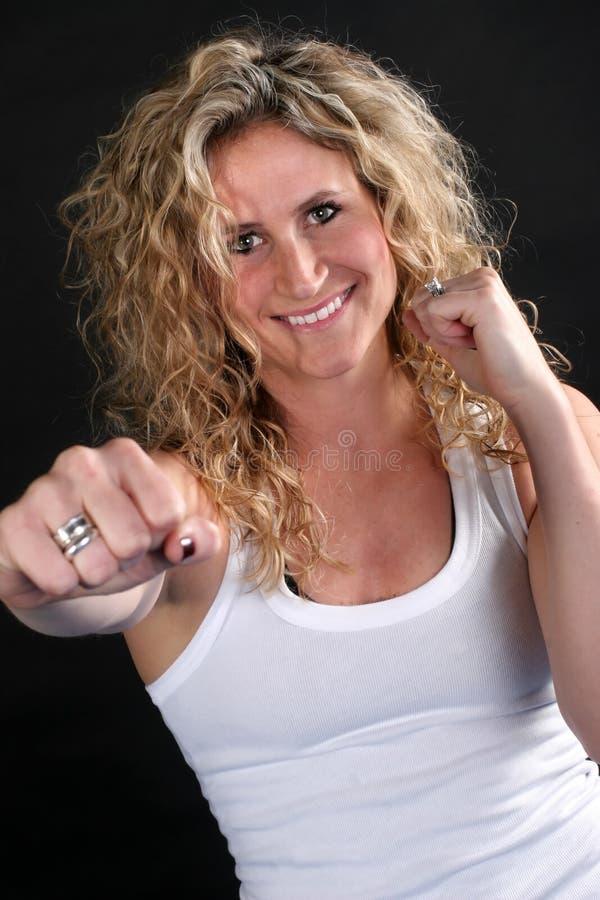 Lächelndes blondes Mädchen-Lochen lizenzfreie stockfotos