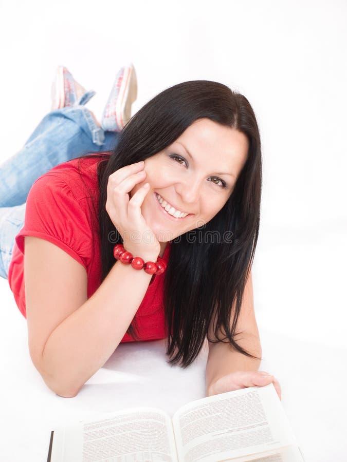 Lächelndes Brunettefrauenstudieren stockfoto