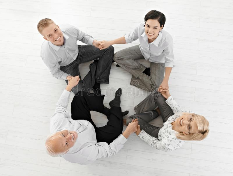 Lächelndes businessteam, das Entspannung tut stockfotografie