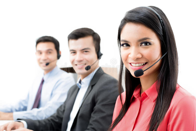 Lächelndes Call-Center- oder Telemarketerpersonal lizenzfreie stockfotografie