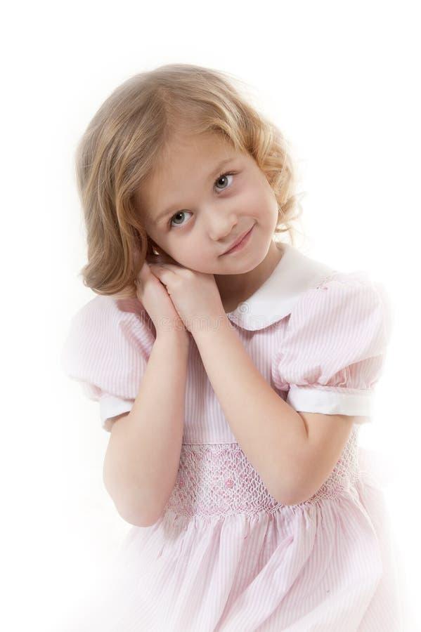 Lächelndes entzückendes kleines blondes Mädchen stockfoto