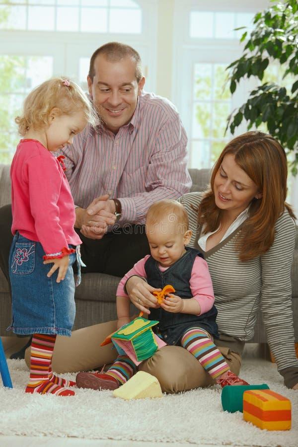 Lächelndes Familienportrait lizenzfreie stockfotografie